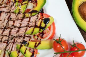 2. Salată cu avocado și ton