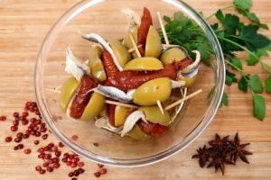 Masline Gordal cu hamsii și roșii deshidratate